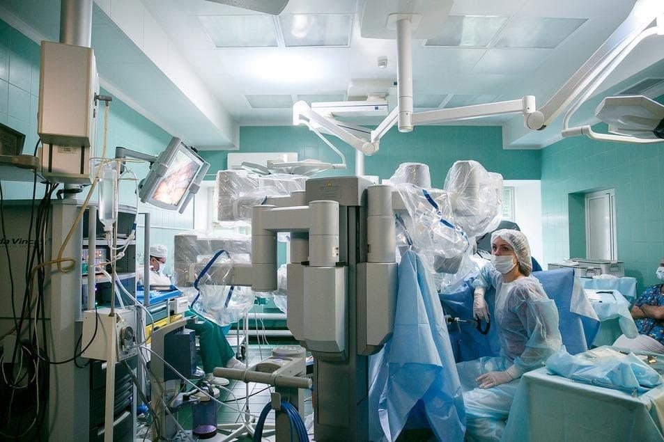 Александр Попов оперирует на роботе da Vinci в клинике МОНИИАГ